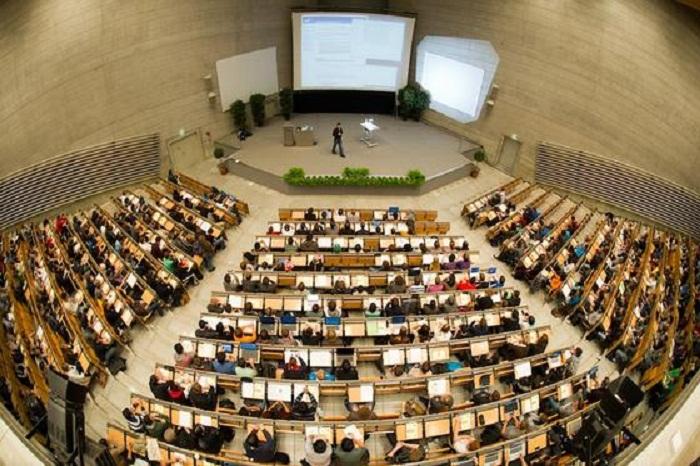 ARCHIV - Studenten sitzen am 26.10.2011 in einem groflen Hˆrsaal der Technischen Universit‰t (TUM) in M¸nchen (Oberbayern). Am Mittwoch (30.01.2013) endet die Eintragungsfrist f¸r das Volksbegehren gegen die Studiengeb¸hren. Foto: Peter Kneffel dpa  +++(c) dpa - Bildfunk+++